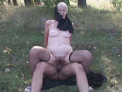 Steamy and horny granny in glasses gets her shrinked muff stuffed doggystyle outdoors